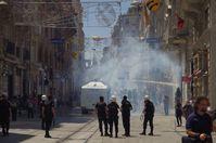 Türkische Polizei geht mit Wasserwerfern und Tränengas gegen Demonstranten vor (Proteste in Istanbul).