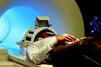 Hirnscanner: In einem solchen Magnetresonanztomographen (MRT) betrachteten die Probanden mit einer Bildschirmbrille blaue und grüne Quadrate, die auftauchten und wieder verschwanden. Quelle: (c) Foto: BCAN (idw)