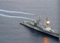 """Flugkörper schlagen auf dem ehemaligen US-Zerstörer """"Conolly"""" ein. Bild: Jay Chu,Oscar Sosa - U.S. Navy"""