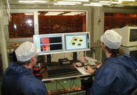 Prof. Dr.-Ing. Christian Karnutsch (re.) bei der Arbeit am Institut für Optofluidik und integrierte Nanophotonik (IONAS) an der Hochschule Karlsruhe – Technik und Wirtschaft