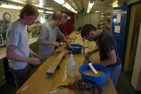 Wissenschaftler analysieren einen Sedimentkern Quelle: Foto: Thomas Ronge, Alfred-Wegener-Institut. (idw)