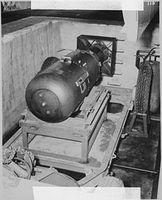 Atombombe Little Boy auf einem Transportwagen kurz vor dem Abflug nach Hiroshima. Bild: de.wikipedia.org