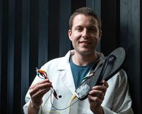 Michael Stanford präsentiert eine stromerzeugende Sandalette.
