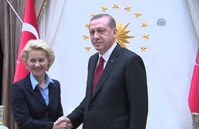 Archievbild: Von der Leyen, repräsentiert durch die Türkische Flagge, trifft Erdogan.
