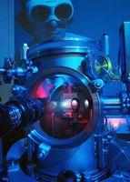 Hier beobachtet der Jenaer Physiker Michael Zürch das Argon-Plasmaleuchten in einer Erzeugungskammer. Das Edelgas Argon wird dabei mit einem Femtosekundenlaser beschossen, es entstehen sogenannte optische Wirbel. Quelle: Foto: Jan-Peter Kasper/FSU (idw)