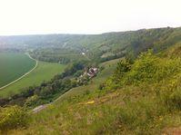 """Naturpark Saale-Unstrut-Triasland; in der Bildmitte das Landesweingut Kloster Pforta an der Saale, Hangbereiche rechts im Bild weitgehend im Naturschutzgebiet """"Göttersitz"""""""
