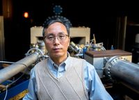 Der texanische Wissenschaftler Jiming Bao in seinem Labor.