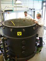 Forscher überprüfen die zwei Kubikmeter großen, mit einem starken Filtersystem ausgestatteten Wassertanks. Quelle: © Fraunhofer IME (idw)
