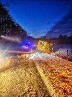 Bergung des verunfallten Rettungswagen Bild: Polizei