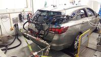 Ein Opel Astra 1.6 CDTI auf dem Rollenprüfstand der Empa. Die Schläuche verbinden den Auspufftrakt mit einem mobilen PEMS-Messgerät im Inneren des Autos. So geht es dann auf die Strasse. Quelle: Empa (idw)