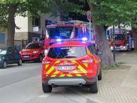 Einsatzfahrzeuge warten auf der Bahnhofstraße auf ihren Einsatz