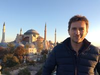"Michael Scott vor der Hagia Sophia in Istanbul. Bild: ""obs/ZDFinfo/Renny Bartlett"""