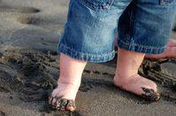 Erste Schritte im Sand: nicht überzuinterpretieren. Bild: pixelio.de, Gonstalla