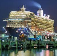 Kreuzfahrtschiff im Hafen: immer mehr reisen damit.