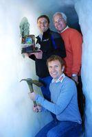 Werner Kostenzer,  Georg Totschnig, Ex-Radprofi und Klaus Dengg bergen den Pokal aus dem ewigen Eis des Hintertuxer Gletschers.