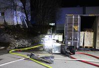 Durch das Feuer an den Anlieferungsrampen entstand ein Schaden von rund 50.000 Euro. Bild: Polizei Minden-Lübbecke.