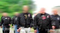 ammerskins marschieren mit ihren Symbolen Bild: MDR/WDR Fotograf: MDR/WDR
