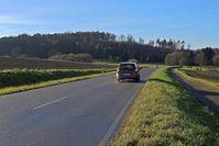 Landstraße: Würden sie hier 80 Fahren? Die Blitzerindustrie wird es auf jeden Fall freuen und hohe Einnahmen winken (Symbolbild)