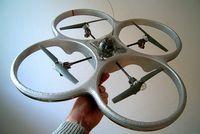 Ferngesteuerter Modell-Quadrocopter, mittig das mechanische Gyroskop zur Stabilisierung