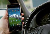 Smartphone am Steuer: Das lenkt massiv ab.