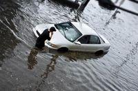 Auto im Hochwasser. Bild: © iStockphoto.com/Bart Sadowski - obs/Zentralverband Deutsches Kraftfahrzeuggewerbe