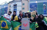 Brasilianische Fussballfans halten das Awá-Symbol 'Brazil: Save the Awá' hoch. Bild: Survival