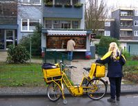 Zustellerin der Deutschen Post AG mit Fahrrad (2007)