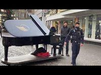 """Bild: Screenshot Video: """"Musiker! Rechtswidrige Polizei wird in Ihre Schranken gewiesen"""" (https://youtu.be/dWvsAFDP12I) / Eigenes Werk"""