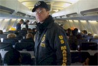 """Ein U.S. Marshal in einem """"Con Air"""" Flugzeug."""