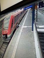 Mann zwischen Bahnsteigkante und Zug eingeklemmt Bild: Polizei