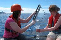 Susanne Fuchs vom TROPOS nimmt zusammen mit einer Kollegin Proben des marinen Oberflächenfilms mit d Quelle: Foto: Alfred-Wegener-Institut (Nutzungsbedingungen siehe (idw)