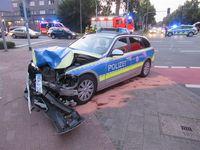 Das Foto zeigt den beschädigten Streifenwagen