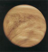 Eine Aufnahme der Venus des Orbiters Pioneer-Venus1 im ultravioletten Licht (Falschfarben) zeigt deutliche Y-förmige Wolkenstrukturen