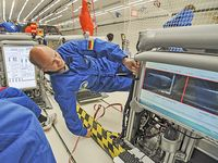 Carsten Killer verfolgt die Entmischung der Mikropartikel am Bildschirm während einer Parabe. Bild: Copyright: Tim Bockwoldt (idw)