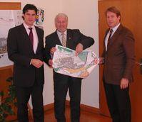 v. l. n. r.: Geschäftsführer Tobis Mayinger, Bürgermeister Walter Strauch, Geschäftsführer Ernst Haile