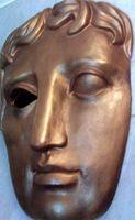 """Modell der als Auszeichnung vergebenen """"BAFTA-Maske"""" in der Hauptgeschäftsstelle am Londoner Piccadilly Circus"""