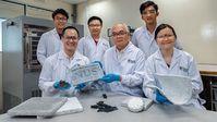 Das NUS-Entwickler-Team mit einer Aerogelplatte.