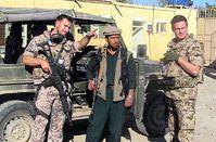 Deutsche Soldaten und ein Afghane vor einem Geländewagen. Bild: PIZ Kunduz