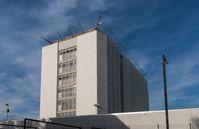 Justizvollzugsanstalt Stuttgart in Stuttgart-Stammheim.. Eine Mauer umgibt das Gefängnisgebäude, um Ausbrüche zu verhindern.