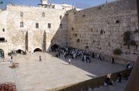 Klagemauer: Die Westmauer vom Zugang zum Tempelberg aus gesehen, im Vordergrund der abgegrenzte Bereich für Frauen. Der Raum unter dem rechten Bogen wird als Synagoge genutzt, im linken Bogen befindet sich der Eingang zum Westmauer-Tunnel.