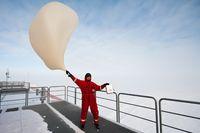Die Ozonsondierungen werden bei jedem Wetter durchgeführt – auch wenn es an der Neumayer-Station stürmt.