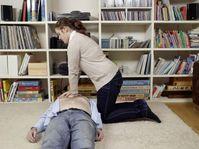 """Bei der Herzdruckmassage drückt der Helfer mit gestreckten Armen 100 bis 120 Mal die Minute fest auf die Mitte des Brustkorbs. Geübte Helfer beatmen nach 30 Mal Drücken zweimal. Bild: """"obs/ASB-Bundesverband/Thekla Ehling"""""""