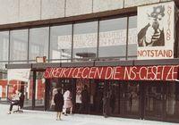 Transparente am Architektur-Gebäude der TU Berlin im Protest gegen die Verabschiedung der Notstandsgesetze, Mai 1968