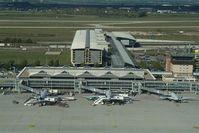 Im Hintergrund das neue Zentralterminal und die Start- und Landebahn Nord. Bild: Uwe Schoßig)