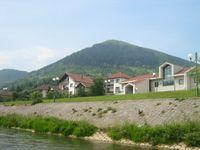 Der Blick auf den Hügel Visočica und die Stadt Visoko im Jahr 2007