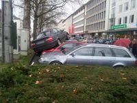 Spektakuläre Landung auf geparkten Fahrzeugen