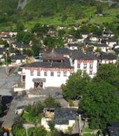 Etwa 2200 km südwestlich von Peking liegt dastibetische Kloster Tsob Dun.