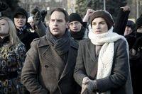 """Paul (Moritz Bleibtreu) nimmt gemeinsam mit Katja (Kasia Smutniak) an einer verbotenen Demo teil. Bild: """"obs/ZDF/ZDF/Stephan Rabold"""""""