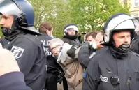 Ein Rentner wird von der Polizei überwältigt weil er sich für das Grundgesetz der BRD einsetzt (Symbolbild)
