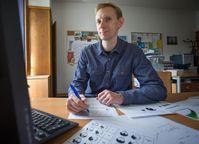 Pawel Sickinger mit Animationen der Glatzenbildung am Computer: Der Linguist und Diplom-Übersetzer p Quelle: (c) Foto: Volker Lannert/Uni Bonn (idw)